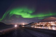 Biegunowa arktyczna Północnych świateł zorzy borealis nieba gwiazda w Norwegia Svalbard w Longyearbyen miasta podróży górach zdjęcia stock