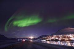Biegunowa arktyczna Północnych świateł zorzy borealis nieba gwiazda w Norwegia Svalbard w Longyearbyen miasta podróży górach obrazy royalty free