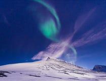 Biegunowa arktyczna Północnych świateł zorzy borealis nieba gwiazda w Norwegia Svalbard w Longyearbyen miasta podróży górach obraz royalty free