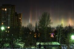 Biegunowi północni światła w miasta niebie Obraz Royalty Free