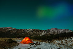 Biegunowy noc krajobraz z iluminującymi namiotowymi i Biegunowymi światłami obrazy stock