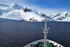 Biegunowy wyprawa statek przyjeżdża w Antarctica Fotografia Royalty Free