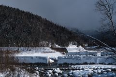 Biei, Japão na lagoa azul de Aoike no inverno foto de stock