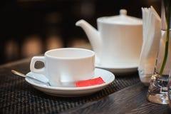 Biel łyżka dla herbacianej torby z teapot wewnątrz i Obrazy Royalty Free