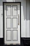 Biel ściana z białym drzwi zdjęcie royalty free