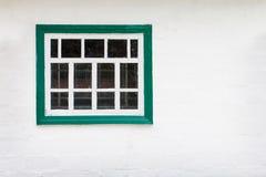 Biel ściana z zielonym nadokiennej ramy tłem Zdjęcia Royalty Free