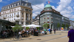 BIEL/BIENNE - ΕΛΒΕΤΙΑ, ΤΟΝ ΑΎΓΟΥΣΤΟ ΤΟΥ 2015: καθημερινή ζωή οδών απόθεμα βίντεο