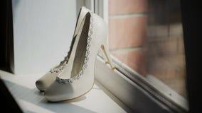 Biel buty na szpilka stojaku przy okno zdjęcie wideo