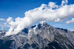 Biel chmura obok góry z niebieskim niebem Fotografia Royalty Free