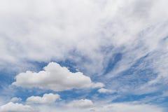Biel chmura w niebieskim niebie Obraz Stock