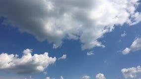 Biel chmura znika w gorącym słońcu na niebieskim niebie Cumulus chmur forma przeciw genialnemu niebieskiemu niebu Upływu ruch chm zbiory