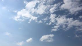 Biel chmura znika w gorącym słońcu na niebieskim niebie Cumulus chmur forma przeciw genialnemu niebieskiemu niebu Upływu ruch chm zbiory wideo