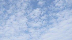 Biel chmurnieje bieg nad niebieskim niebem zdjęcie wideo