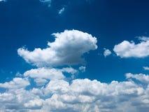 Biel chmurnieje dopłynięcie w błękicie zdjęcia stock