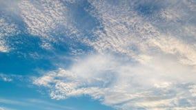 Biel chmurnieje latanie na niebieskim niebie Timelapse zdjęcie wideo