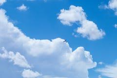 Biel chmurnieje na niebieskiego nieba tle Fotografia Stock