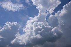 Biel chmurnieje na niebieskim niebie Obraz Stock