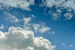 Biel chmurnieje na niebieskim niebie Zdjęcia Royalty Free