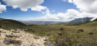 Biel chmurnieje nad górami z jasnym niebieskim niebem Obrazy Royalty Free