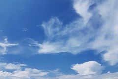 Biel chmurnieje nad niebieskim niebem fotografia stock
