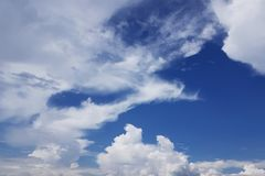 Biel chmurnieje nad niebieskim niebem fotografia royalty free