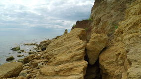 Biel Chmurnieje nad Skalistą plażą zdjęcie wideo