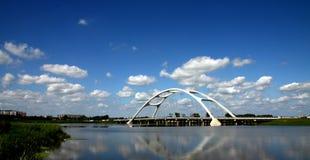 Biel chmurnieje pod mostem Obraz Royalty Free