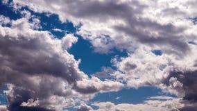 Biel chmurnieje timelapse Mi?kki biel chmurnieje w niebieskim niebie zdjęcie wideo