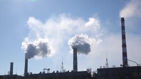 Biel chmurnieje w niebie od drymb przemysłowa roślina zdjęcie wideo