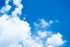 Biel chmurnieje w niebieskie niebo słonecznym dniu Obrazy Stock