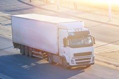 Biel ciężarówka w zmierzchów promieniach zdjęcie stock