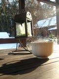 Biel ciepła kędzierzawa filiżanka gorący odświeżający kawa stojaki na drewnianym stole obraz stock