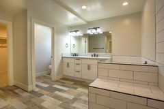 Biel dachówkowe i ciemne drewniane podłoga w otwartej czystej łazienka wzorcowego domu San Diego południowy Kalifornia nieruchomo Obrazy Royalty Free