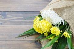 Biel i żółty kwiatu bukiet na stole Fotografia Royalty Free