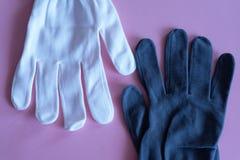Biel i czerń pracujemy rękawiczki na różowym tle kombinezony i mundury Ręki ochrona obrazy royalty free