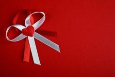 Biel i czerwony łęk z sercem Fotografia Royalty Free