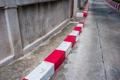 Biel i czerwony pasek żadny parking podpisuje na footpath drodze obrazy royalty free
