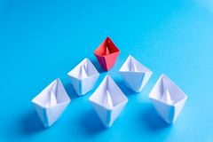 Biel i papierowa łódź statek w jeden kierunku lub zdjęcie stock