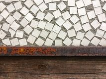 Biel i Siwieje dachówkową ścianę przy uliczną istną fotografią, ceglanym drewnem lub wewnętrznym tłem bezszwowych i tekstury i obrazy stock