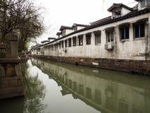 Biel izolujący domy odbijający w kanale nawadniają w historycznym w centrum Suzhou obraz stock