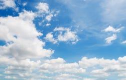 Biel kłębi się w niebie zdjęcia stock