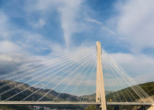 Biel kable Nad piędzią zawieszenie most zdjęcie royalty free