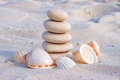 Biel kamienie w równowadze i seashells Obraz Royalty Free