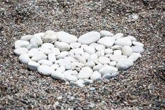 Biel kamienie w serce kształtującej postaci Zdjęcia Royalty Free