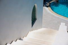 Biel kamienni schodki, drabinowy outside na słonecznym dniu Bielu dom z pływackim basenem Wakacyjny pojęcie Zdjęcie Stock
