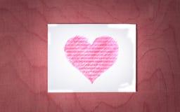 Biel karta z sercem na drewnianym tle Obrazy Royalty Free