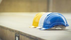 Biel, kolor żółty i błękitny ciężki zbawczego hełma kapelusz dla zbawczego projekta, zdjęcia stock