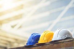 Biel, kolor żółty i błękitny ciężki zbawczego hełma kapelusz dla zbawczego projekta, obraz royalty free