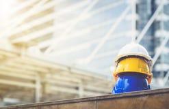 Biel, kolor żółty i błękitny ciężki zbawczego hełma kapelusz dla zbawczego projekta, obrazy stock