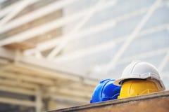 Biel, kolor żółty i błękitny ciężki zbawczego hełma kapelusz dla zbawczego projekta robociarz jako na betonowej podłoga na mieści obrazy stock